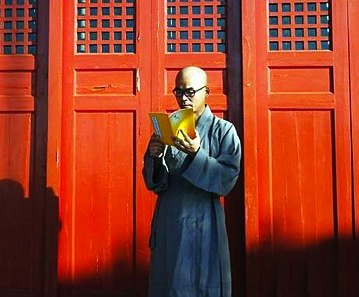 Personality | Millionaire businessman gives up his possessions to become a Buddhist monk in China after living in isolation for two years